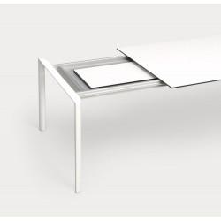 Ausziehbarer Tisch Maki von Kristalia mit 100cm Breite in Fenix weiß mit schwarzer Kante und 2 Einlegplatten