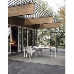 Ausziehbarer Tisch Maki von Kristalia mit 100cm Breite in Fenix weiß mit schwarzer Kante im Außenbereich
