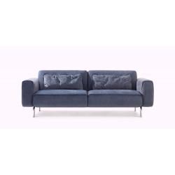 frontansicht des Sofa Melloo von Pode in blau mit zwei Kissen