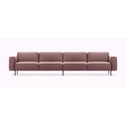 Frontansicht des Sofa Melloo von Pode als 4-Sitzer in braun