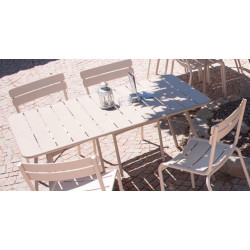 Wetterfester Tisch Luxembourg mit wetterfestem Stuhl Luxembourg aus Aluminium von Fermob in Lehmgrau im Außenbereich