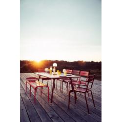 Wetterfester, demontierbarer Tisch Luxembourg mit Bank Luxembourg und Stuhl Luxembourg im Außenbereich