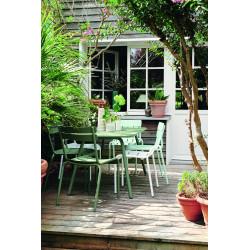 Wetterfester Tisch Luxembourg mit wetterfesten Stühlen Luxembourg von Fermob aus Aluminium im Außenbereich